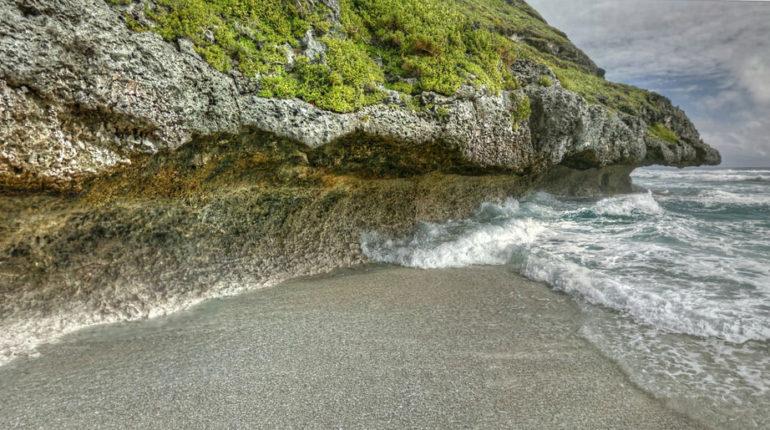 una scogliera dell'isola pitcairn